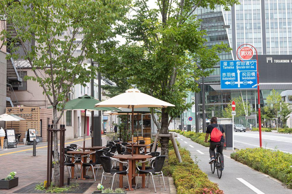 新虎通りの歩車分離の通路